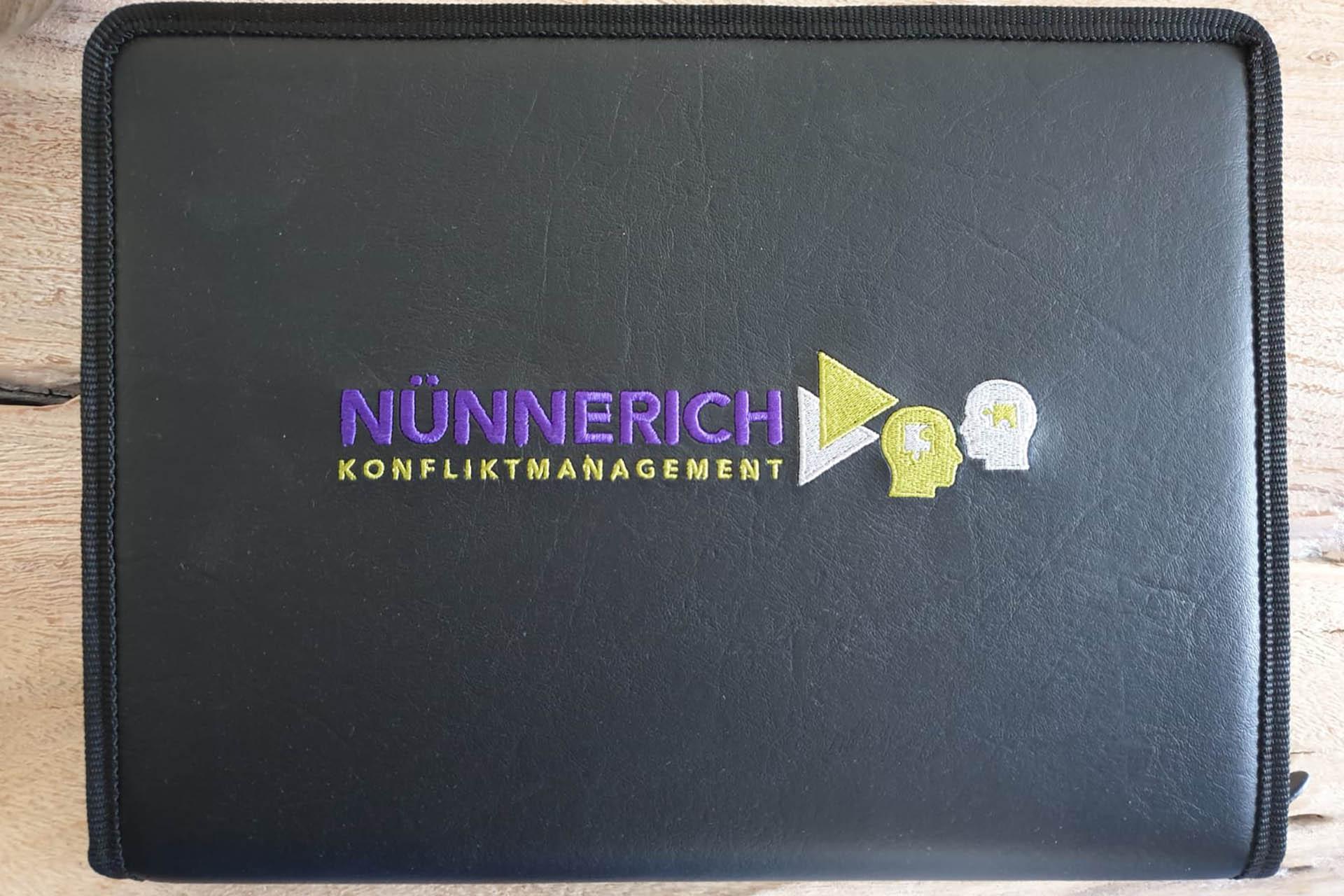 moll-real-werbeberatung-Werbeagentur-Oberhausen-bestickte Mappe Klaus Nünnerich
